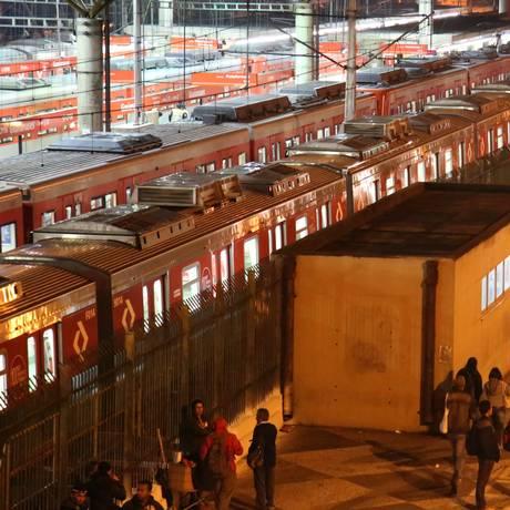 Trens parados na estação Guaianases da Linha 11, que opera parcialmente com a greve da CPTM Foto: Marcos Alves / Agência O Globo