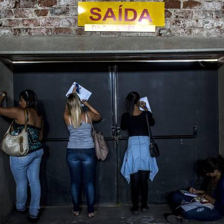 Candidatas preenchem ficha de emprego em feira de oportunidades no Rio Foto: Dado Galdieri/18-5-2015 / Bloomberg News