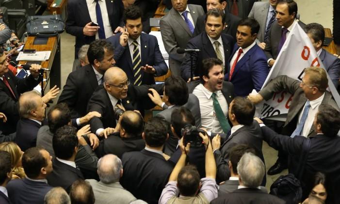 Votação da MP 664/14. Na foto, o deputado Ze Geraldo (PT) tenta tomar faixa contra o seu partido das mão da oposição e seguranças tentam impedir briga entre parlamentares. Foto: Ailton de Freitas / Arquivo O Globo 13/05/2015
