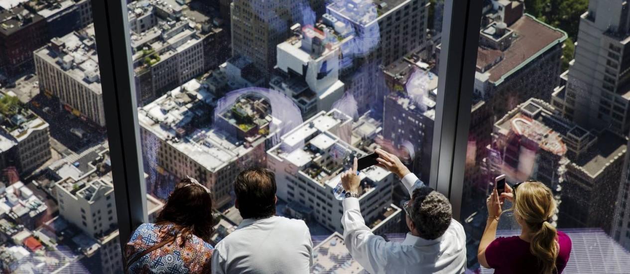 Mirante: visitantes observam a vista do alto do prédio de 380 metros Foto: LUCAS JACKSON / REUTERS