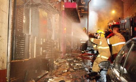Tragédia. Bombeiros tentam controlar o incêndio na Boate Kiss, em Santa Maria (RS) Foto: 27/01/2013 / Germano Roratto/Agência RBS