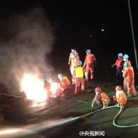 Equipe chinesa abre um buraco no casco do Estrela do Oriente Foto: Reprodução da TV