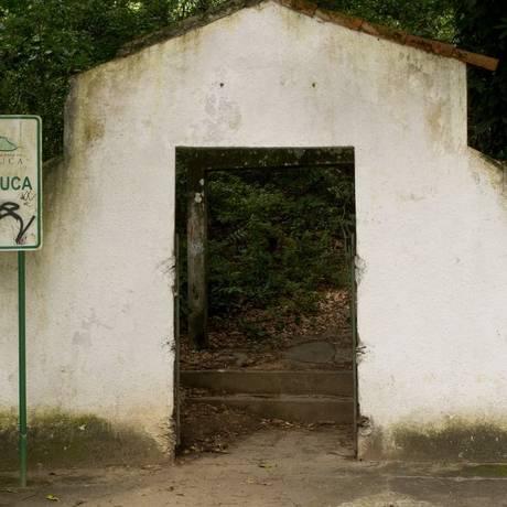 O acesso com a placa pichada, sem portão e sem vigilância mostra o descado com a entrada Foto: Agência O Globo / Bia Guedes