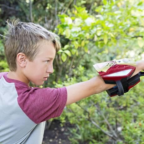 Criança brinca com a luva do Homem de Ferro, primeiro produto da linha Playmation, da Disney Foto: Colin Young-Wolff / Invision for Disney Consumer Products