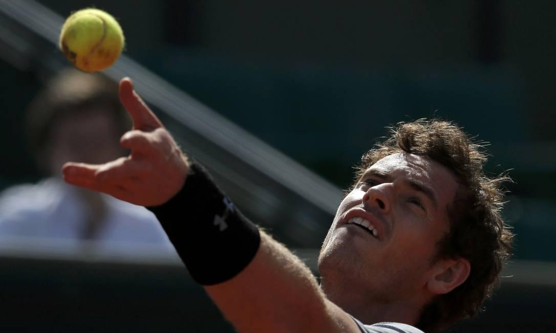 Andy Murray da Grã-Bretanha, se prepara para sacar durante a partida contra o espanhol David Ferrer GONZALO FUENTES / REUTERS