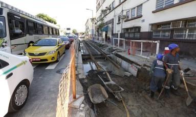 Obra do VLT estoura uma tubulação da CEG na Rua Equador Foto: Pablo Jacob / Agência O Globo