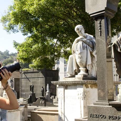 Um dos mais tradicionais cemitérios da cidade, o do Catumbi, completa 165 anos e tem visitas guiadas, comandadas pelo professor da UERJ, João Baptista Ferreira de Mello Foto: Bia Guedes / Agência O Globo