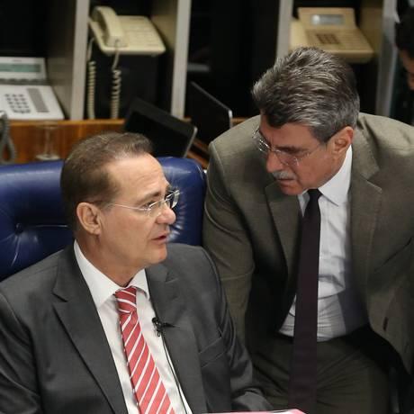 Presidente do Senado Renan Calheiros (PMDB-AL) e o senador Romero Jucá (PMDB-RR), que vai comandar a comissão criada para analisar a Lei das Estatais Foto: Ailton de Freitas / Agência O Globo