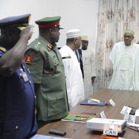 Recém-empossado, o presidente Muhammadu Buhari (de roupa tribal) conversa com líderes militares Foto: Bayo Omoboriowo / AP