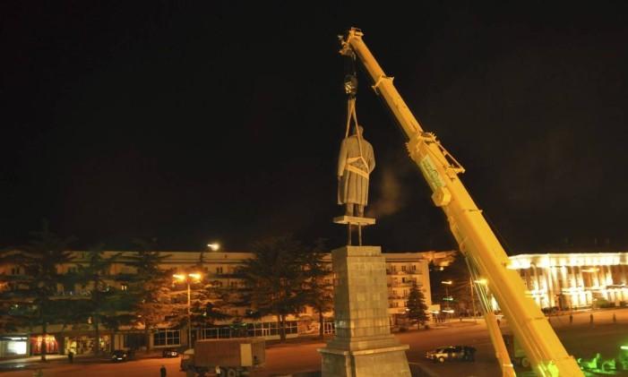 Estátua de Stálin é retirada da georgiana Tbilisi, capital da ex-república soviética Foto: AP