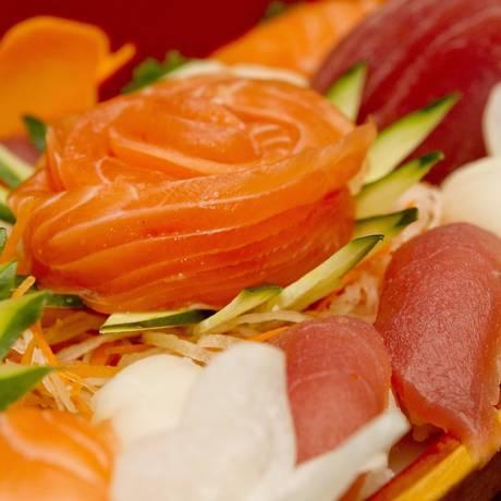 Torre de salmão. O prato está entre os favoritos dos clientes do Sushiro, nascido num quartinho da Ilha Foto: Freelancer / Bia Guedes