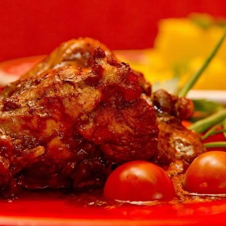 Vai um pouquinho? O frango ao molho pardo é uma das opções do bufê do restaurante Foto: Freelancer / Bia Guedes