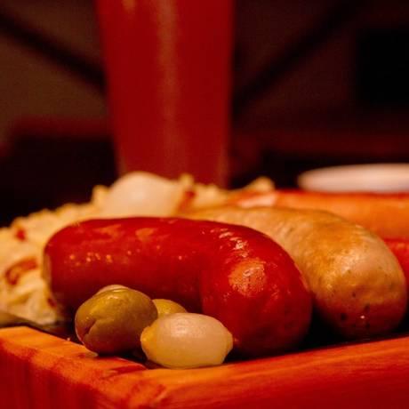 Destaque. A tábua do chef, com salsichas, batatas cozidas e chucrute Foto: Freelancer / Bia Guedes