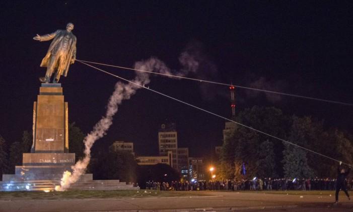 Maior estátua de Lênin na atualidade é derrubada em Kharkiv Foto: Igor Chekachkov / AP