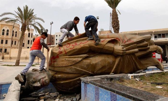 Estátua de Hafez al-Assad é derrubada na província síria de Raqqa, em 2013 Foto: Reuters