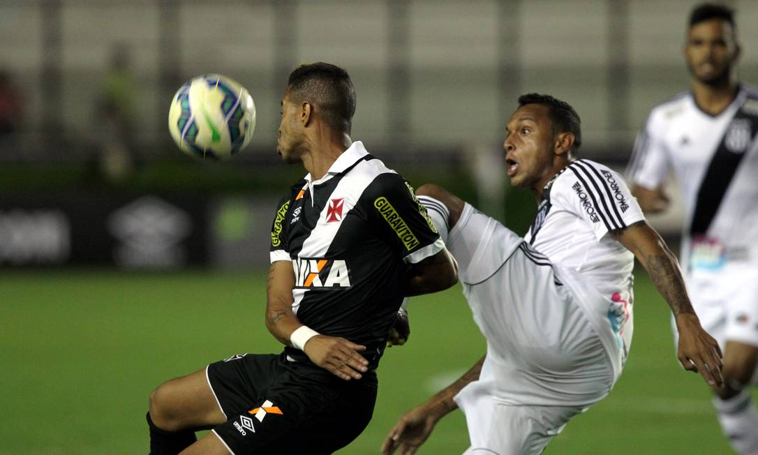 Madson disputa a bola com um jogador da Ponte Cezar Loureiro / Agência O Globo