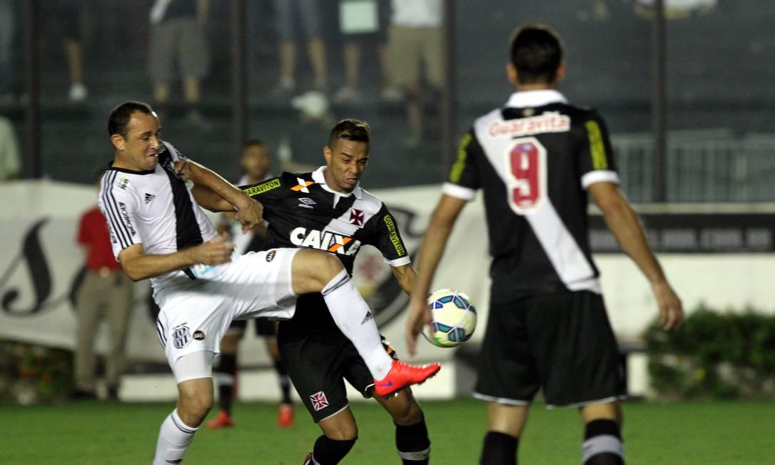 Rafael Silva briga pela bola com um jogador da Macaca Cezar Loureiro / Agência O Globo