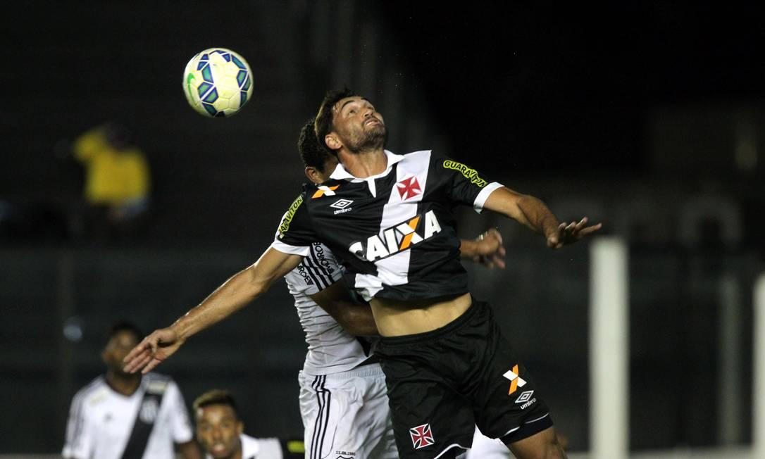 Gilberto, que perdeu o pênalti, disputa bola aérea em São Januário Cezar Loureiro / Agência O Globo