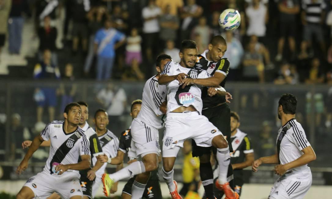 Rodrigo disputa a bola no alto com jogador da Ponte Marcelo Theobald / Agência O Globo