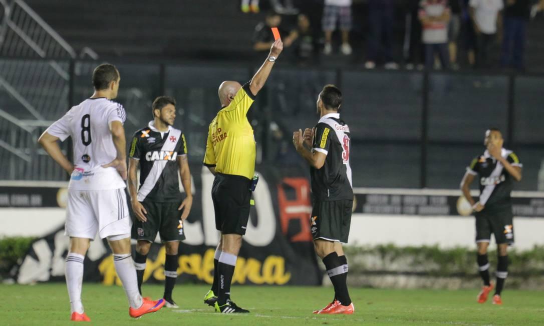 Heber Roberto Lopes expulsou Gilberto na derrota do Vasco para a Ponte Preta Marcelo Theobald / Agência O Globo