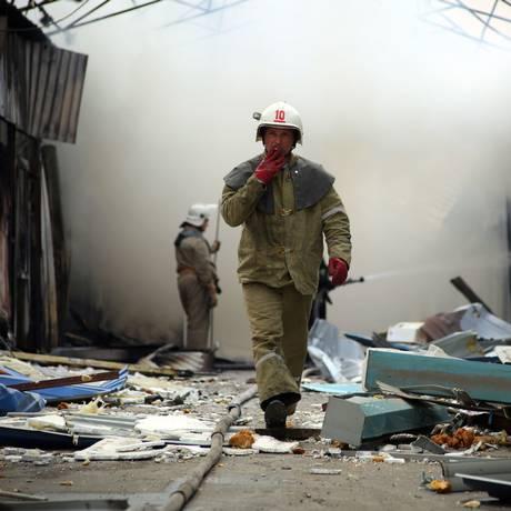 Bombeiros tentam apagar chamas provocadas por confrontos Foto: ALEKSEY FILIPPOV / AFP