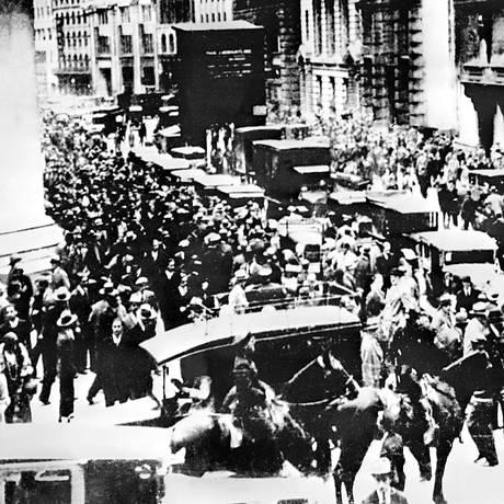 Pânico. Americanos correm para vender suas ações na chamada Quinta-Feira Negra, em 24 de outubro de 1929, na Bolsa de Nova York Foto: Arquivo/AFP