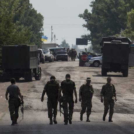 Militares ucranianos do batalhão Kiev1 caminham perto de um posto de controle perto de Marinka, região de Donetsk, no Leste da Ucrânia Foto: Evgeniy Maloletka / AP