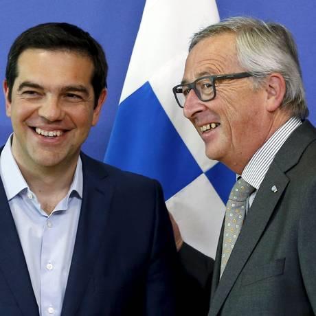 O premiê grego Alexis Tsipras ao lado do presidente da Comissão Europeia Jean-Claude Juncker no dia 3 de junho Foto: FRANCOIS LENOIR / REUTERS