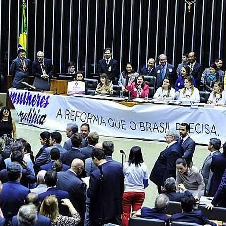 Bancada das deputadas ao defender cota de 30 % no legislativo para mulheres em sessão na Câmara Foto: Divulgação Facebook 14/05/2015