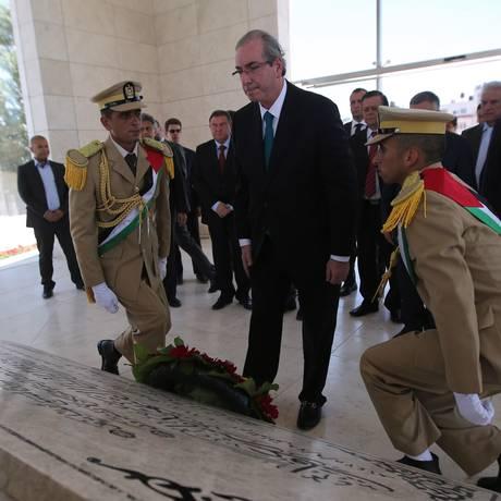Eduardo Cunha visitou o túmulo do líder palestino Yasser Arafat e se encontrou com o presidente da Autoridade Nacional Palestina, Mahmud Abbas Foto: ABBAS MOMANI / AFP
