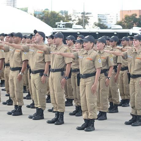 Formatura dos novos guardas municipais, em 21 de maio: parte do efetivo da corporação receberá treinamento para portar arma de fogo Foto: Divulgação/ Leonardo Simplício 21-5-2015