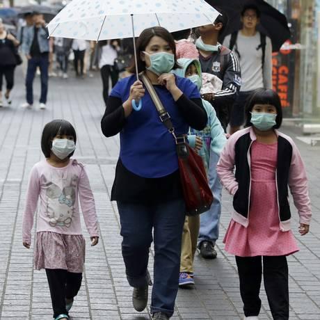 Turistas usam máscaras de proteção Foto: Lee Jin-man / AP