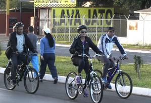 Presidente Dilma Rousseff passeia de bicicleta nos arredores do Palácio Alvorada Foto: Givaldo Barbosa / Agência O Globo
