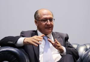 O governador Geraldo Alckmin, no Palácio dos Bandeirantes, em São Paulo: reeleito, disse discordar de Aécio quanto à reeleição Foto: Michel Filho / Agência O Globo/ 3-6-2015