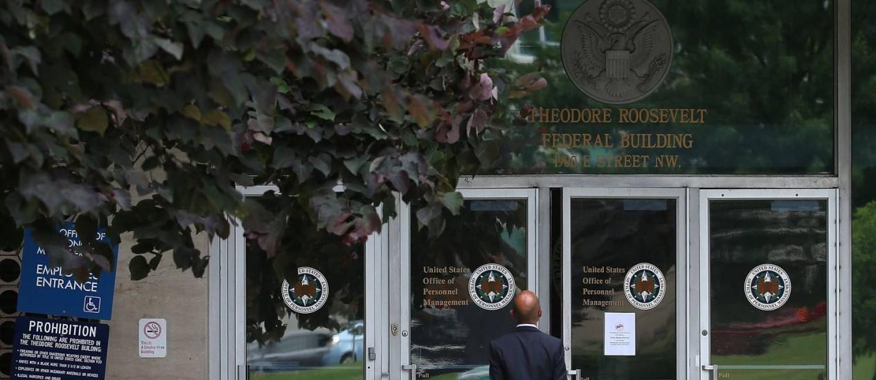 Entrada para o prédio do Escritório de Gestão de Pessoal: funcionários temem ainda mais revelações Foto: MARK WILSON / AFP