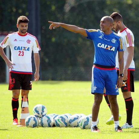 Diante do atacante Eduardo da Silva, o técnico Cristóvão Borges orienta o time no treino do Flamengo Foto: Cezar Loureiro