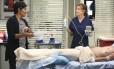 Meredith (Ellen Pompeo, à direita) lida com a falta de Derek (Patrick Dempsey)