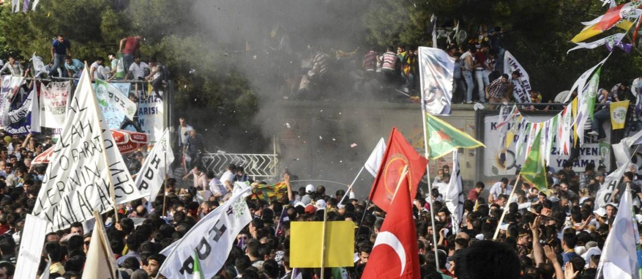 Partidários correm após explosão Foto: ILYAS AKENGIN / AFP