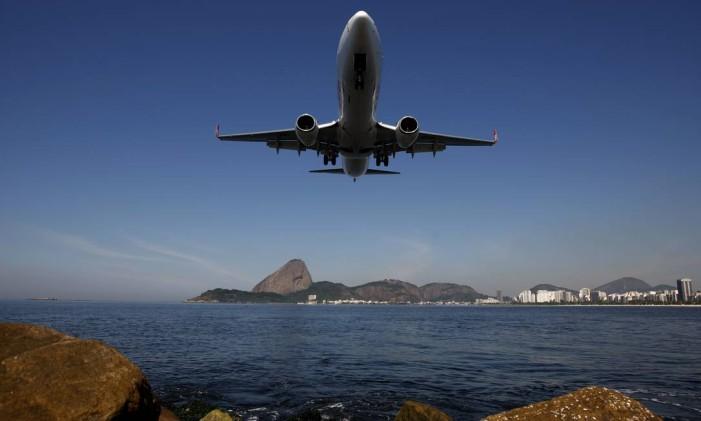 Avião decolar no aeroporto Santos Dumont, no Rio de Janeiro Foto: Custódio Coimbra / Agência O Globo