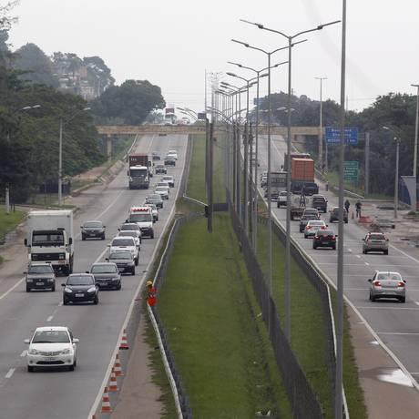 As novas pistas da Niterói-Manilha serão construídas no canteiro central da rodovia, de Niterói a Itaboraí Foto: Eduardo Naddar / Agência O Globo
