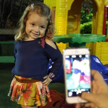 Fashionista: Cléo posa com para o Instagram. A pequena tem quase cem mil seguidores Foto: Pedro Teixeira/ Agência O Globo