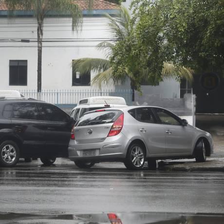 Motoristas fazem retorno irregular em frente ao Horto do Fonseca, na Alameda São Boaventura Foto: Agência O Globo / Felipe Hanower