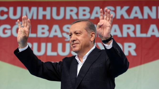 Erdogan acena para apoiadores: presidente turco quer assumir mais poderes Foto: Burhan Ozbilici / AP