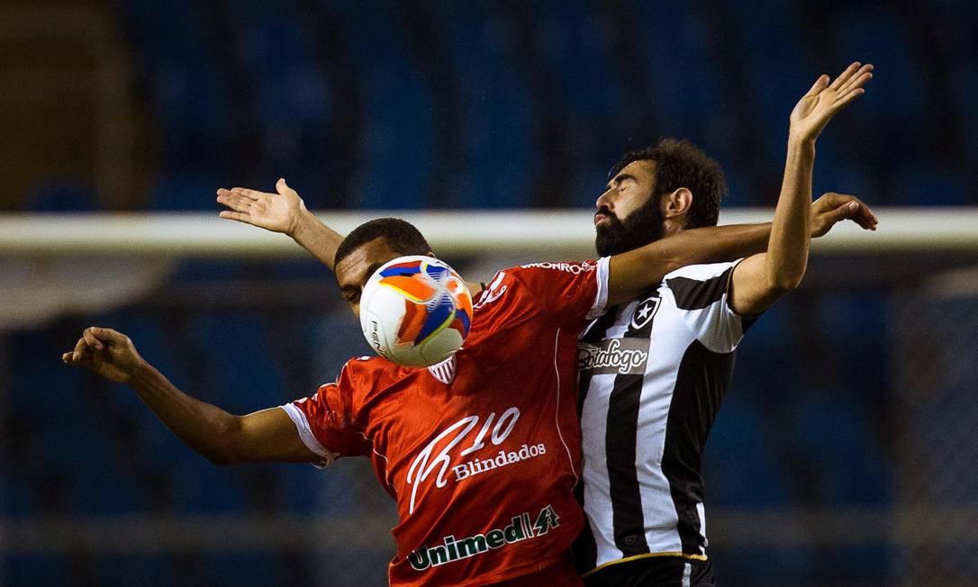Zagueiro Renan Fonsenca, do Botafogo, divide a bola com atacante do Mogi Daniel Marenco / Agência O Globo