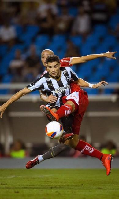 Pimpão divide a bola com um rival Daniel Marenco / Agência O Globo