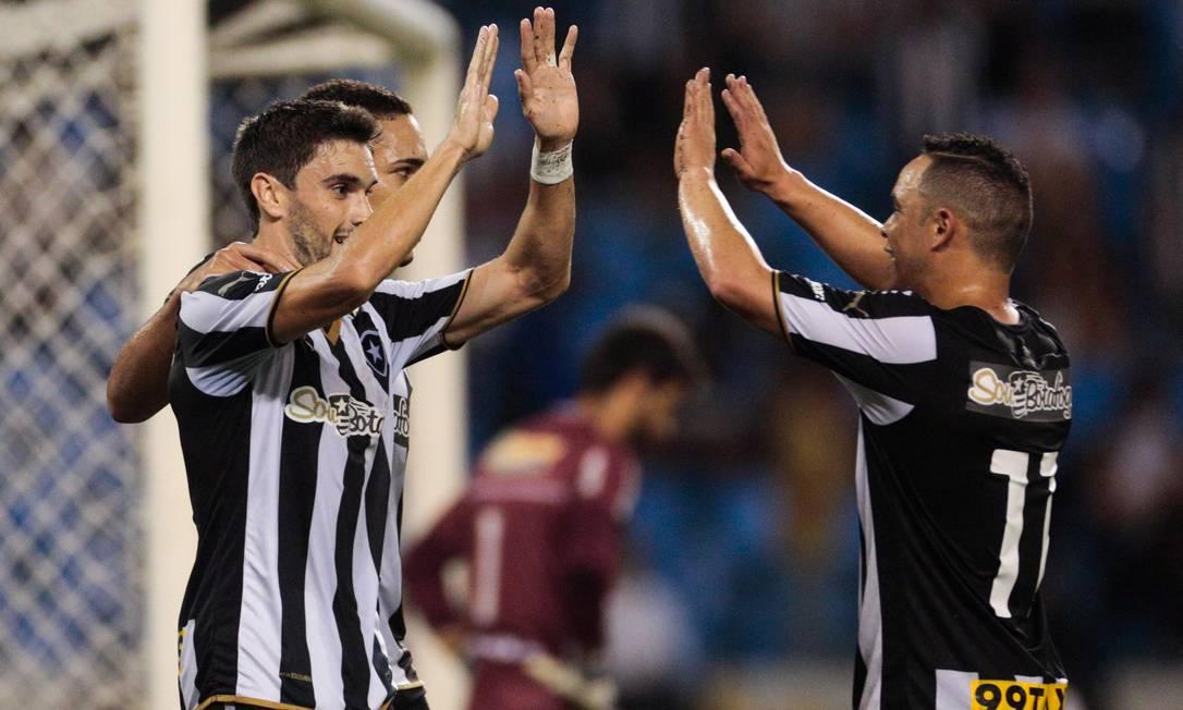 Pimpão comemora com Gilberto e Lulinha o gol marcado no primeiro tempo Pedro Kirilos / Agência O Globo