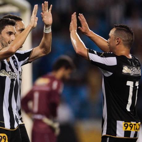 Pimpão comemora com Gilberto e Lulinha o gol marcado no primeiro tempo Foto: Pedro Kirilos / Agência O Globo