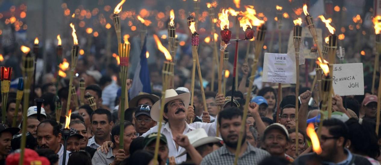 Manuel Zelaya (de chapéu) se junta a milhares em Tegucigalpa Foto: ORLANDO SIERRA / AFP