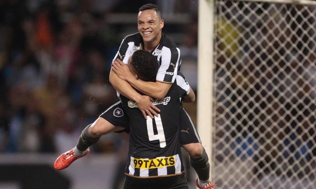 Autor do terceiro gol, Lulinha abraça Gilberto Pedro Kirilos / Agência O Globo