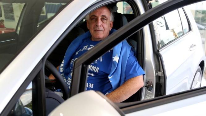 Oportunidade. Paulo Sergio Gazze acaba de comprar um carro zero km aproveitando as boas taxas das concessionarias Foto: Fernando Donasci